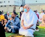 الدكتور الوالي يؤدي صلاة عيد الفطر  مع جموع المصلين في ملعب حي عبدالقوي بالشيخ عثمان