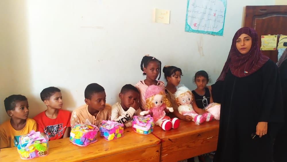 إدارة المرأة والطفل بتنفيذية انتقالي لحج تدعم جمعية المكفوفين بالحوطة بألعاب ووسائل تعليمية