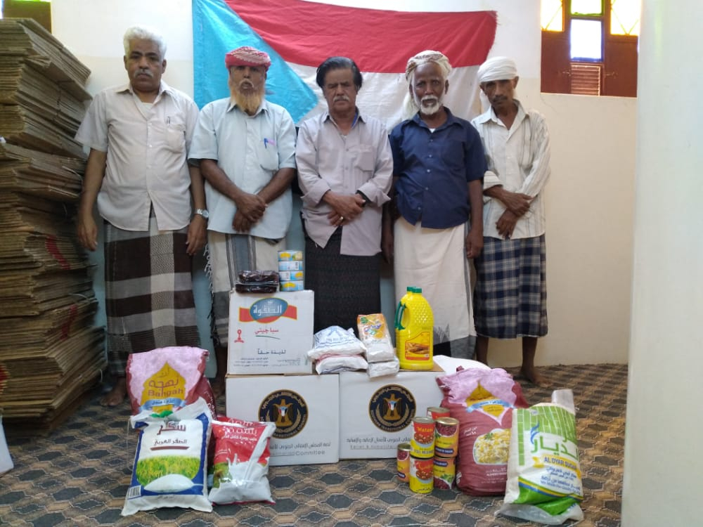 الهيئة التنفيذية المساعدة لانتقالي وادي وصحراء حضرموت تدشن توزيع السلال الغذائية على أسر الشهداء