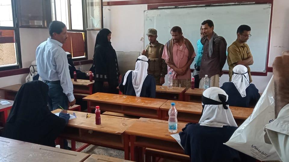 رئيس تنفيذية انتقالي أبين يطلع على سير أداء امتحانات الثانوية العامة بمجمع خولة التربوي بزنجبار