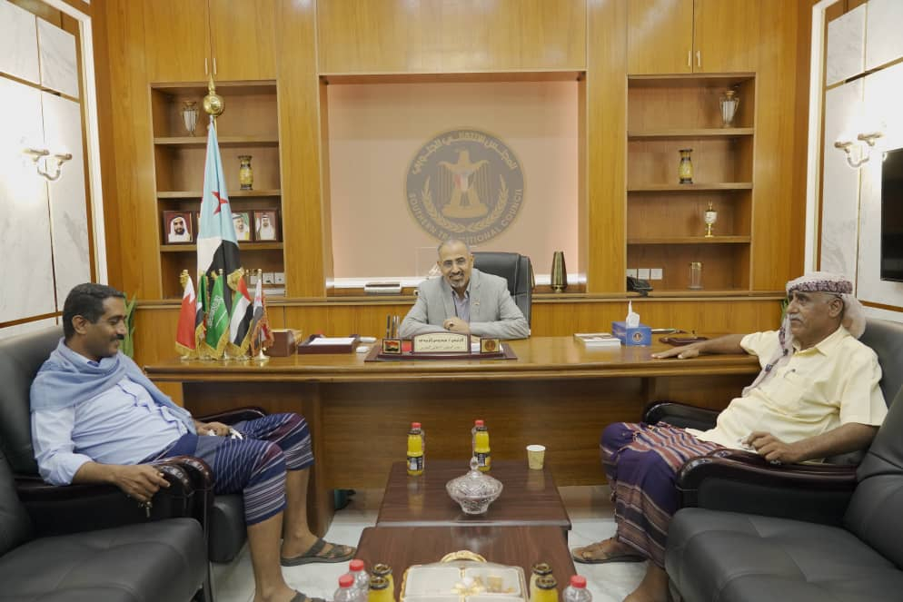 الرئيس الزُبيدي يلتقي مدير عام الضرائب بمحافظة لحج ومدير أمن طور الباحة