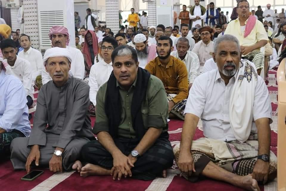 رئيس تنفيذية انتقالي حضرموت يؤدي صلاة العيد مع جموع المصلين بمسجد الشهداء بديس المكلا
