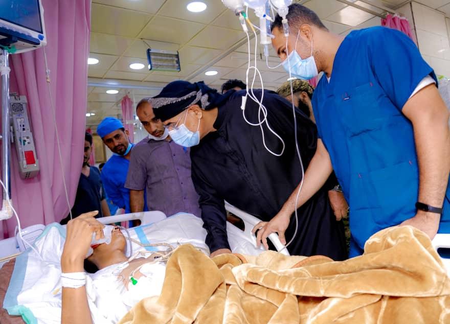 الرئيس الزُبيدي يطمئن على أحوال جرحى حادثة العند بعدد من مستشفيات العاصمة عدن