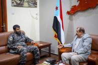 اللواء بن بريك يناقش مع العميد أحمد بن عفيف عدد من الموضوعات المتعلقة بحماية المنشآت