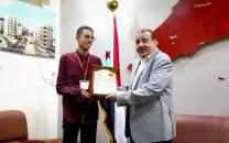 رئيس الجمعية الوطنية يكرم الطالب عبدالرحمن وحيد بدرع التفوق العلمي