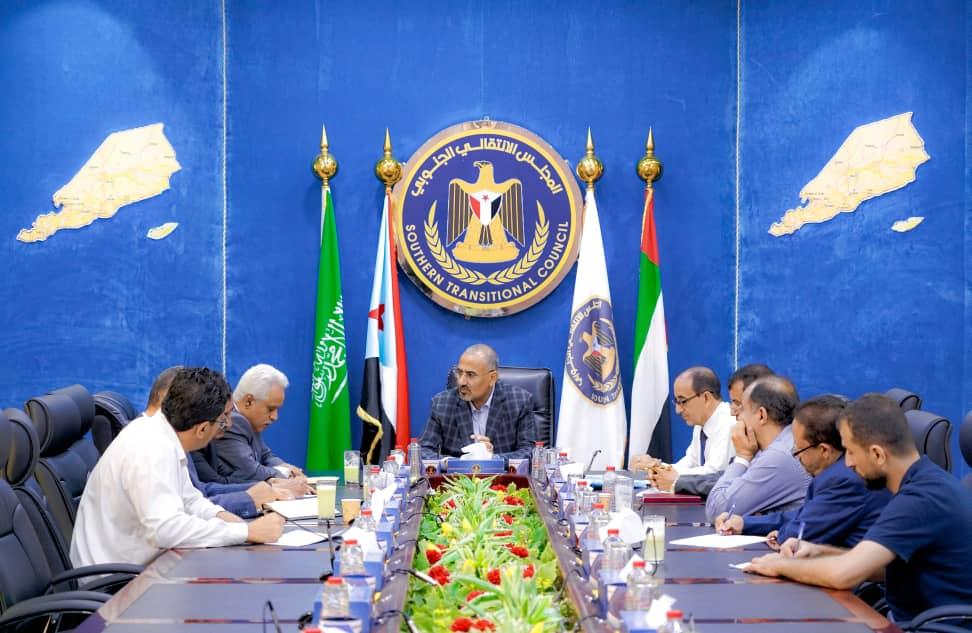 الرئيس الزُبيدي يترأس اجتماعًا للجنة القانونية للمجلس الانتقالي
