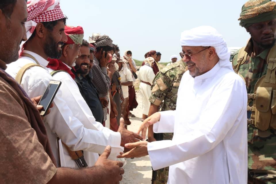 السلطان آل عفرار يلتقي قيادة انتقالي المهرة وعددا من الشخصيات الاجتماعية بالمحافظة